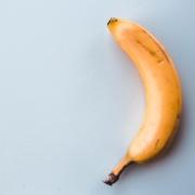 Moden banan på grå bakgrunn
