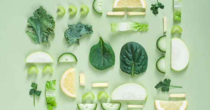 Frukt og grønt på grønn bakgrunn