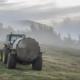 traktor sprer gjødsel på jordet